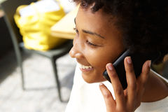 Молодая африканская женщина говоря на мобильном телефоне Стоковая Фотография