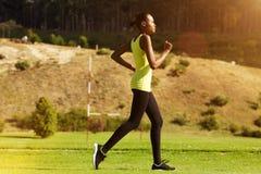 Молодая африканская женщина jogging outdoors Стоковые Фото
