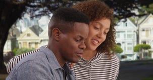 Молодая Афро-американская беседа пар в парке стоковые фотографии rf