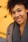 Молодая Афро-американская женщина идя на пристань Стоковые Изображения
