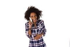 Молодая Афро-американская женщина на мобильном телефоне стоковая фотография