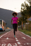 Молодая Афро-американская женщина jogging outdoors Стоковые Изображения RF
