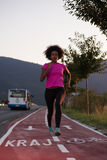 Молодая Афро-американская женщина jogging outdoors Стоковые Изображения