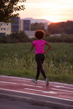 Молодая Афро-американская женщина jogging outdoors Стоковые Фото