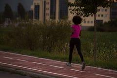 Молодая Афро-американская женщина jogging outdoors Стоковое Изображение