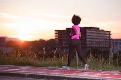 Молодая Афро-американская женщина jogging outdoors Стоковая Фотография