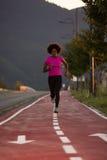 Молодая Афро-американская женщина jogging outdoors Стоковое Фото
