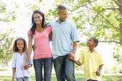 Молодая Афро-американская семья наслаждаясь прогулкой в парке стоковая фотография rf
