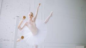 Молодая балерина в классе балета Стоковые Фотографии RF