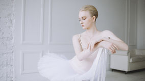 Молодая балерина в классе балета стоковая фотография rf