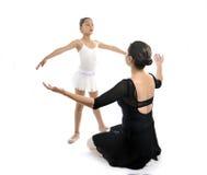 Молодая балерина маленькой девочки уча урок танца с учителем балета Стоковая Фотография RF