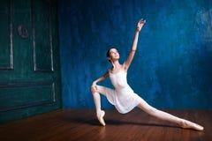 Молодая балерина танцует в студии Стоковое фото RF