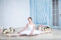 Молодая балерина танцует в студии Стоковое Изображение RF