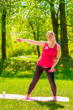 Молодая беременная женщина делая тренировки с гантелями Стоковое фото RF