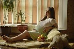 Молодая беременная женщина Стоковое Фото