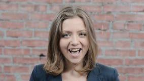 Молодая белокурая девушка показывает наслаждение, восхищение в камере Улыбка отливка Актриса акции видеоматериалы
