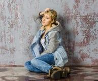 Молодая белокурая девушка с короткими волосами в куртке джинсовой ткани Стоковое Фото