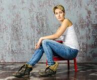 Молодая белокурая девушка с короткими волосами в куртке джинсовой ткани Стоковое Изображение RF