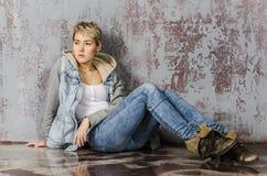 Молодая белокурая девушка с короткими волосами в куртке джинсовой ткани Стоковое Изображение