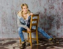 Молодая белокурая девушка с короткими волосами в куртке джинсовой ткани Стоковая Фотография RF