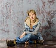 Молодая белокурая девушка с короткими волосами в куртке джинсовой ткани Стоковые Изображения RF
