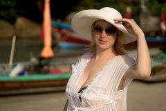 Молодая белокурая женщина в бикини и пляж одевают нося хату Стоковая Фотография RF