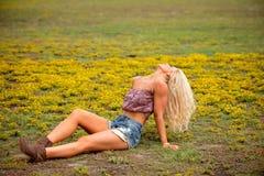 Молодая белокурая женщина в поле Стоковая Фотография