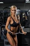 Молодая белокурая женщина в спортзале Стоковые Изображения