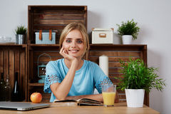 Молодая белокурая женщина изучая для дома университета Стоковые Изображения