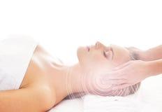 Молодая белокурая женщина на головной процедуре по массажа стоковое фото rf