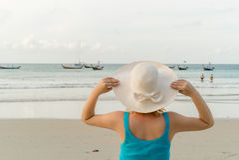 Молодая белокурая женщина на пляже Стоковые Изображения