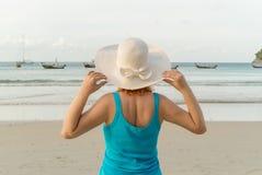 Молодая белокурая женщина на пляже Стоковая Фотография