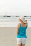 Молодая белокурая женщина на пляже Стоковые Фото