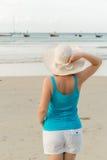 Молодая белокурая женщина на пляже Стоковое Изображение RF