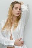 Молодая белокурая женщина нося белую рубашку Стоковое Фото