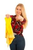Молодая белокурая женщина при желтые резиновые перчатки очищая изолированный o стоковые изображения rf
