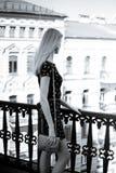 Молодая белокурая женщина против домов города Стоковые Фотографии RF