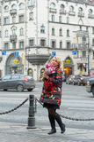Молодая белокурая женщина с букетом цветков на улице города Стоковые Фотографии RF