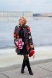 Молодая белокурая женщина с букетом цветков на улице города Стоковое Изображение