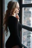 Молодая белокурая женщина с совершенным телом носит bodysuits стоковые изображения rf