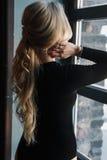 Молодая белокурая женщина с совершенным телом носит bodysuits стоковое фото