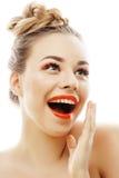 Молодая белокурая женщина с яркой составляет усмехаясь указывать показывающ жестами эмоциональное изолированная как плетки куклы  стоковые фото