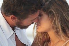 Молодая белокурая женщина целуя человека Стоковые Фотографии RF