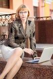 Молодая бизнес-леди внешняя стоковые фотографии rf