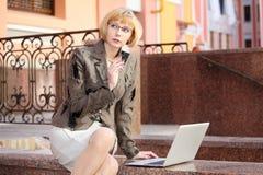 Молодая бизнес-леди внешняя стоковые изображения rf