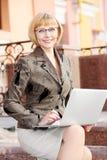 Молодая бизнес-леди внешняя стоковое фото