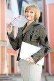 Молодая бизнес-леди внешняя стоковая фотография