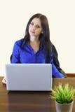 Молодая бизнес-леди в офисе работая на белой компьтер-книжке Стоковая Фотография RF