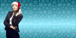 Молодая бизнес-леди в шляпе santa стоя над backgroun зимы Стоковое Фото