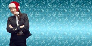 Молодая бизнес-леди в шляпе santa стоя над backgroun зимы Стоковое Изображение